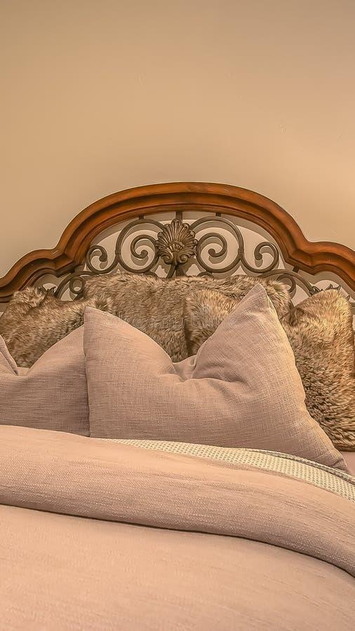 Interior vertical del dormitorio con las ventanas de la tabla del lado de la lámpara de la cama y las decoraciones cuadradas de l imagen de archivo