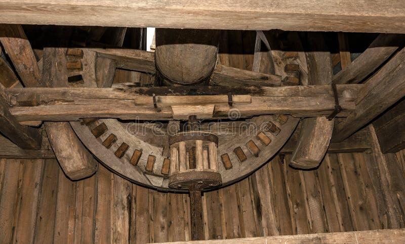 Interior y mecanismo de un molino de madera viejo del siglo XVIII imagen de archivo