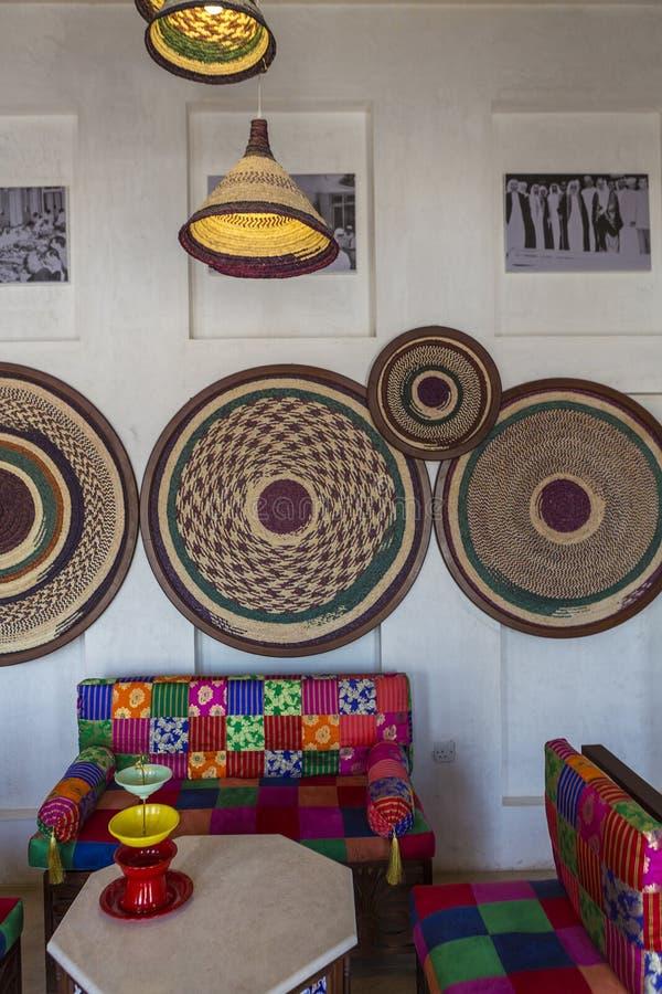 Interior y sala de estar árabes con la decoración en Dubai EMIRATOS ÁRABES UNIDOS foto de archivo