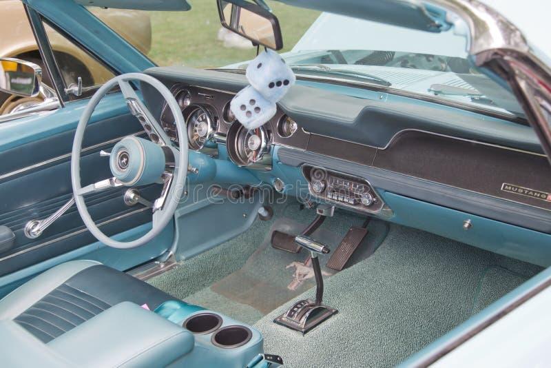Interiore 1967 & dadi del mustang del Ford del Aqua fotografia stock libera da diritti