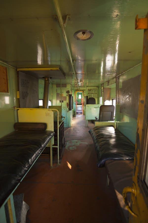 Interiore abbandonato del treno immagini stock