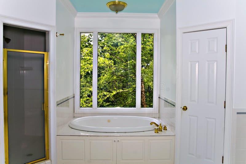 Interiore bianco della stanza da bagno immagini stock