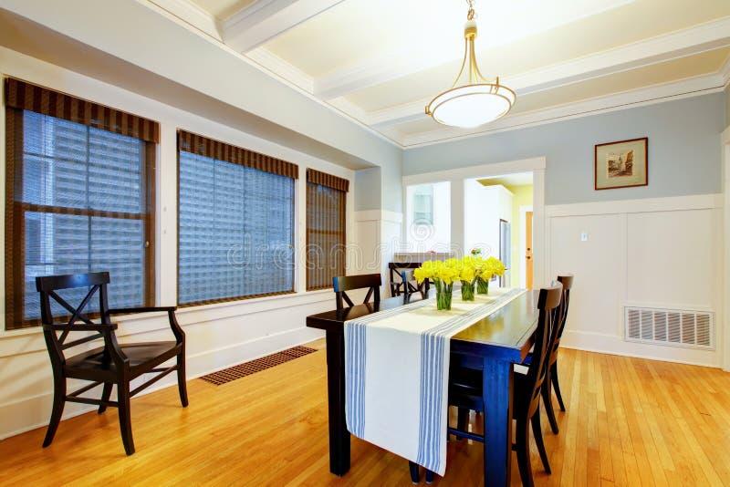 Interiore blu grigio piacevole della sala da pranzo della casa. fotografia stock libera da diritti