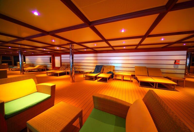 Interiore del corridoio illuminato sulla nave da crociera fotografia stock libera da diritti