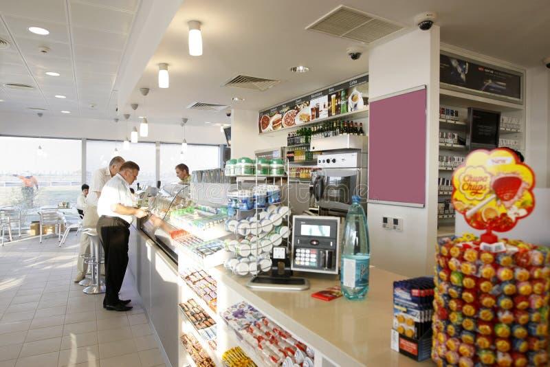 Interiore del negozio della stazione di servizio fotografia stock