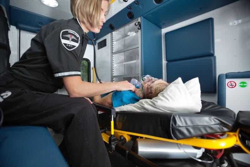 Interiore dell'ambulanza con la donna maggiore fotografia stock