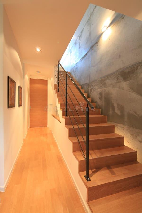Interiore della camera con le scale moderne immagini stock for Casas con escaleras por dentro