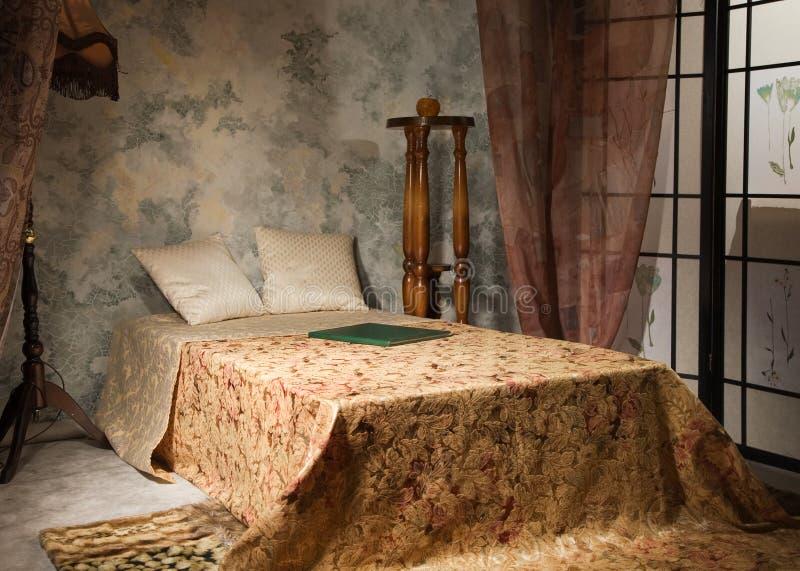 Interiore della camera da letto nello stile dell'annata immagini stock libere da diritti