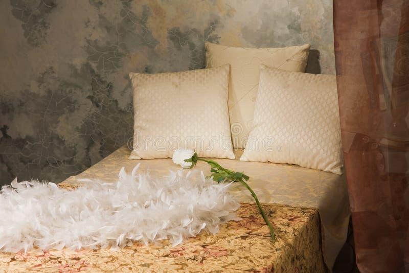 Interiore della camera da letto nello stile dell'annata fotografie stock