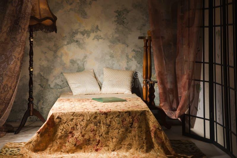 Interiore della camera da letto nello stile dell'annata immagine stock