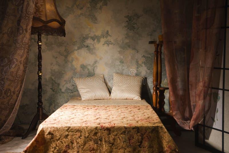 Interiore della camera da letto nello stile dell'annata fotografia stock
