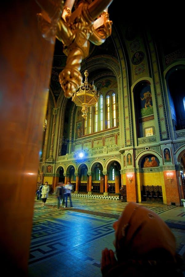 Interiore della chiesa cattolica immagine stock libera da diritti