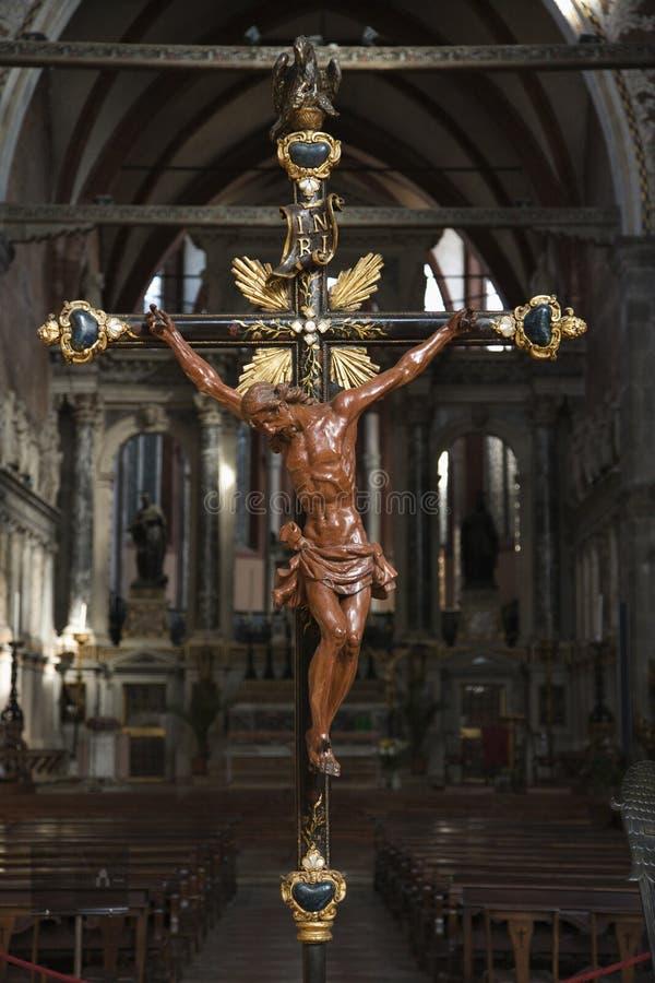 Interiore della chiesa con crucifissione a Venezia. fotografie stock libere da diritti