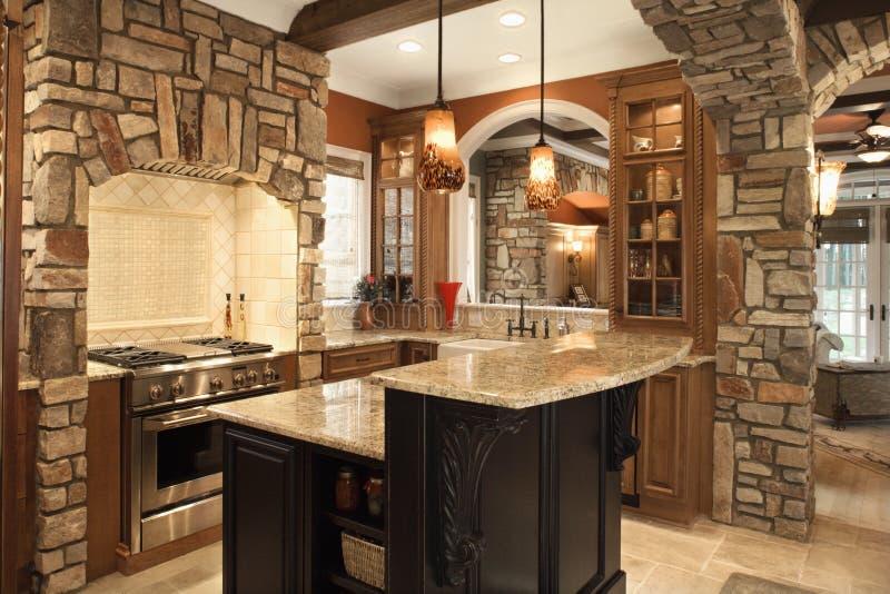 Interiore della cucina con gli accenti di pietra in Ho ricco fotografia stock