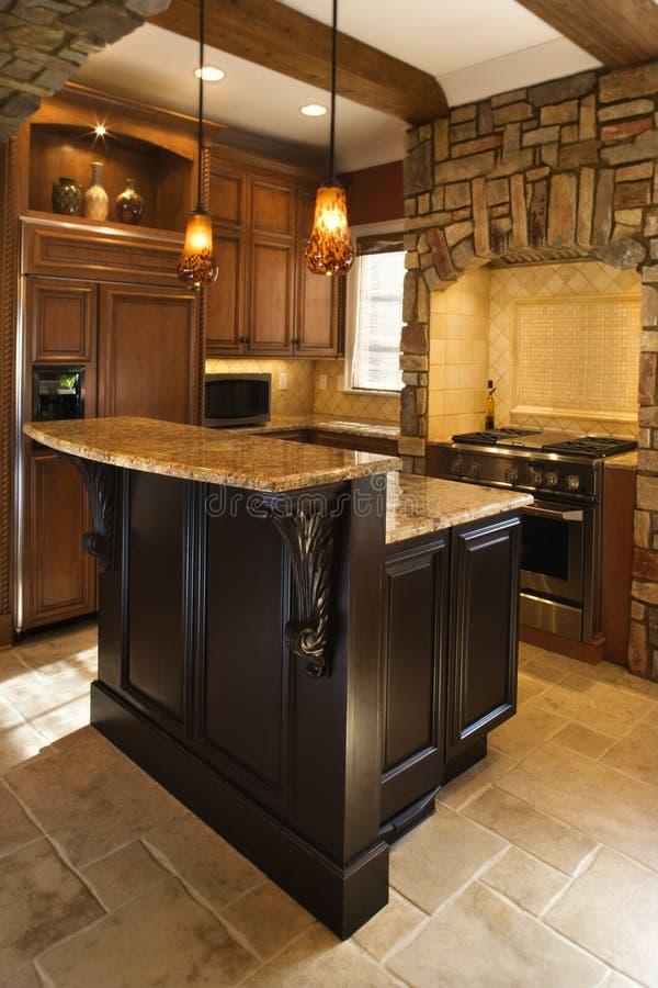Interiore della cucina con gli accenti di pietra in Ho ricco fotografia stock libera da diritti