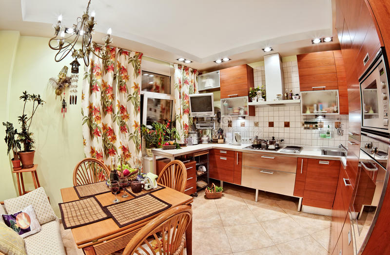 Interiore della cucina con la tabella e molti utensili immagini stock libere da diritti