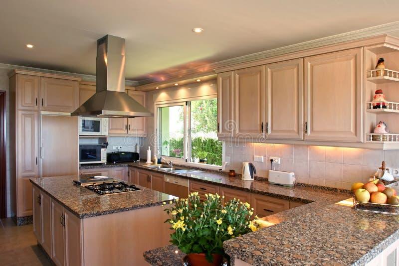 Interiore della cucina di grande villa spagnola. Con i fiori freschi e la frutta immagini stock