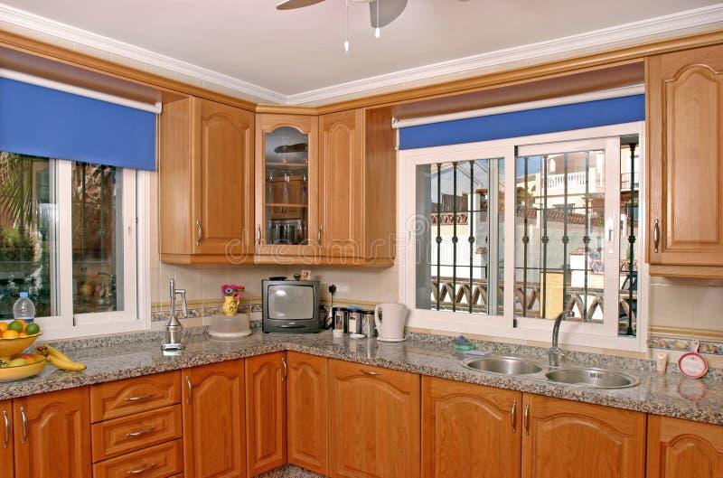 Interiore della cucina di lusso in villa spagnola fotografia stock