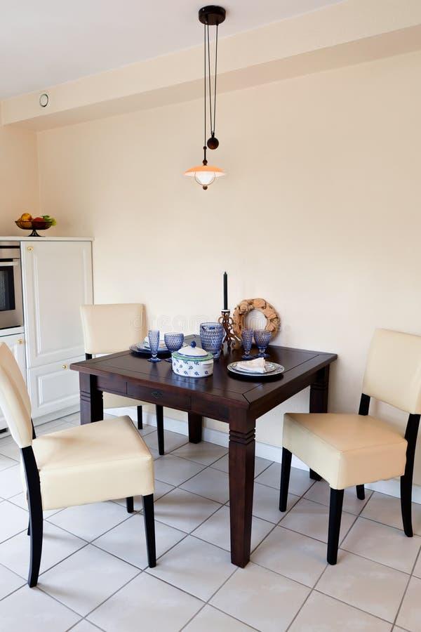 Bella cucina bianca moderna fotografia stock immagine di for Casa moderna bianca