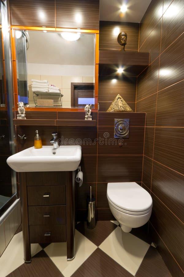 Interiore della stanza da bagno con le mattonelle marroni for Stanza da bagno