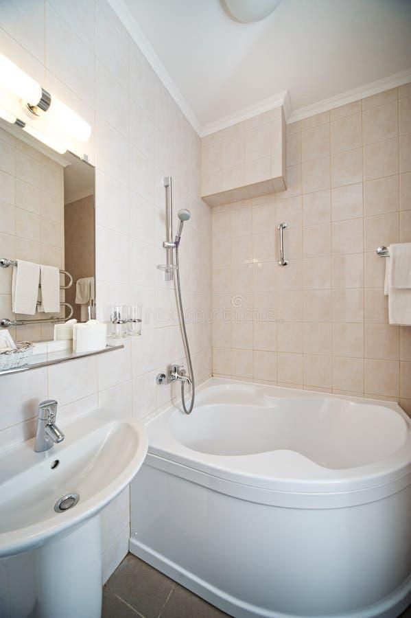 Interiore della stanza da bagno dell'hotel fotografia stock libera da diritti