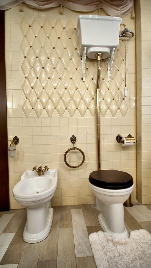 Interiore della stanza da bagno di lusso dell'annata fotografia stock libera da diritti
