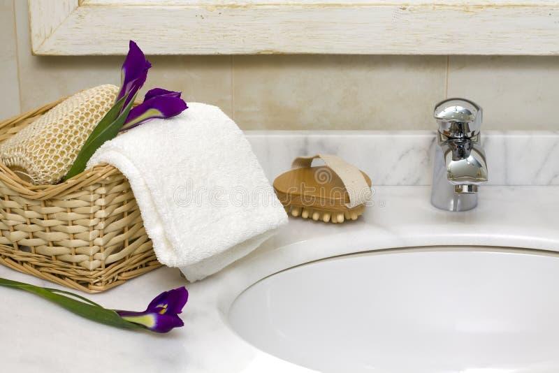 Interiore di lusso della stanza da bagno con il dispersore ed il rubinetto fotografia stock libera da diritti