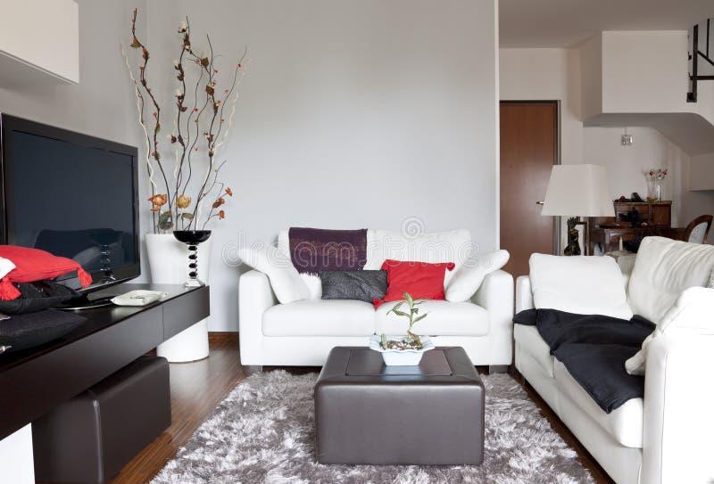 Interiore di un salone, di un sofà e di una TV fotografia stock libera da diritti