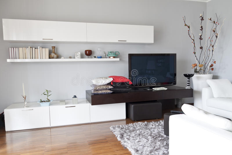 Interiore di un salone, mobilia piana di bianco della TV immagini stock
