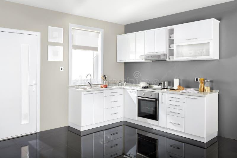 Interiore di una cucina moderna, mobilia di legno, semplice e pulito immagine stock