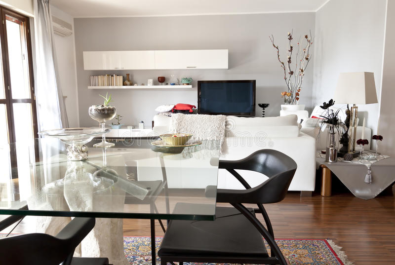 Interiore di una stanza moderna, di una tabella di vetro e di una TV immagine stock