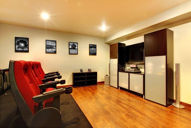 Interiore domestico della stanza di intrattenimento del cinema della TV. fotografia stock