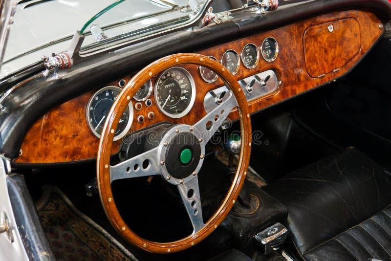 Interiore e cruscotto su un'automobile sportiva dell'annata fotografia stock