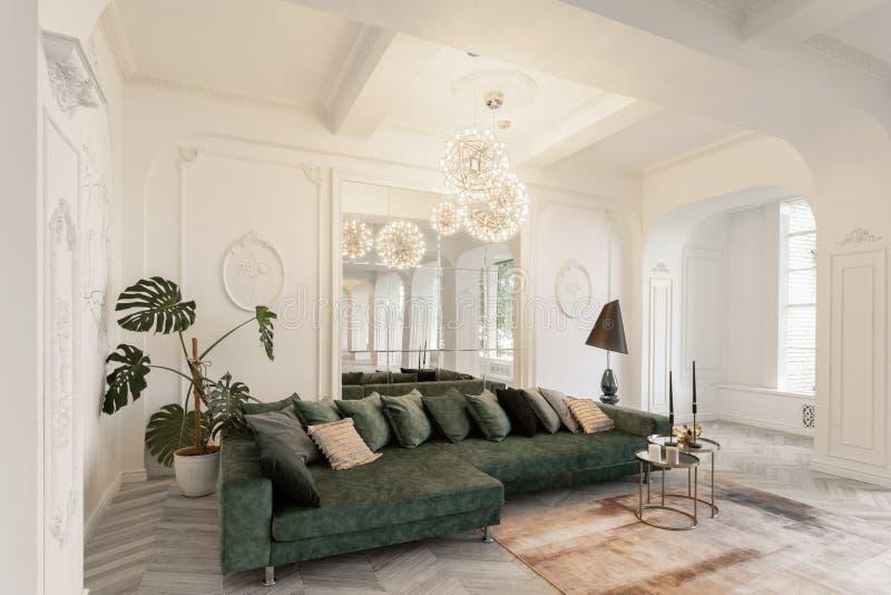 Interiore in hotel luce del giorno nell'interno e luce delle lampade elettriche salone di lusso con i pavimenti di legno del parq immagini stock