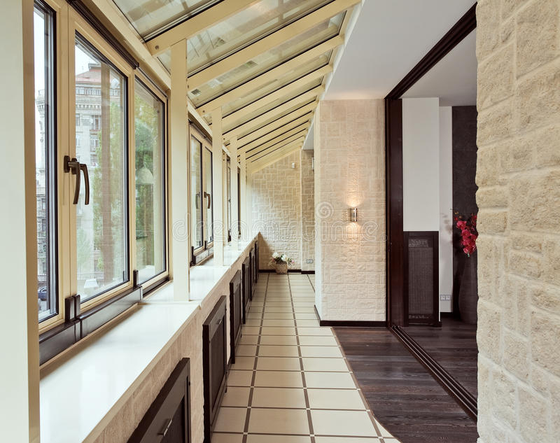 Interiore lungo del balcone (galleria) fotografia stock libera da diritti