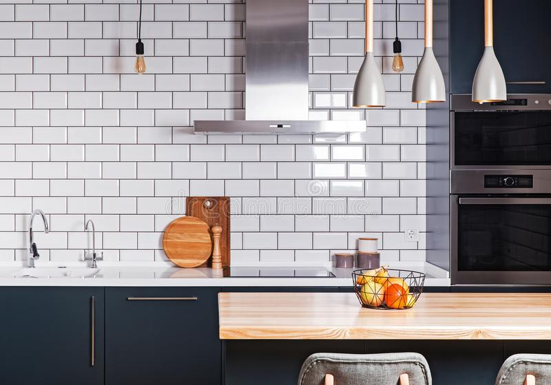 Interiore moderno Cucina spaziosa fotografie stock
