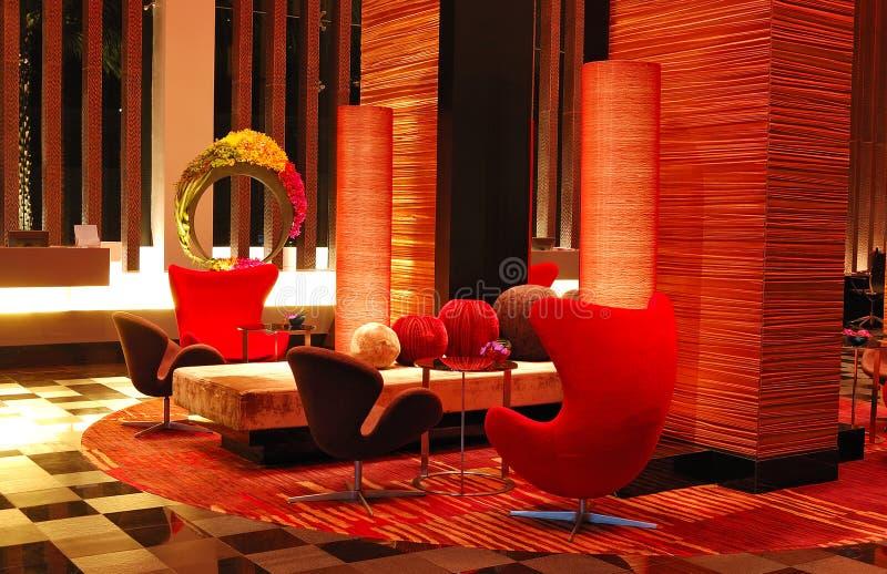 Interiore moderno dell'ingresso nell'illuminazione di notte immagini stock