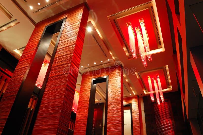 Interiore moderno dell'ingresso nell'illuminazione di notte fotografie stock libere da diritti