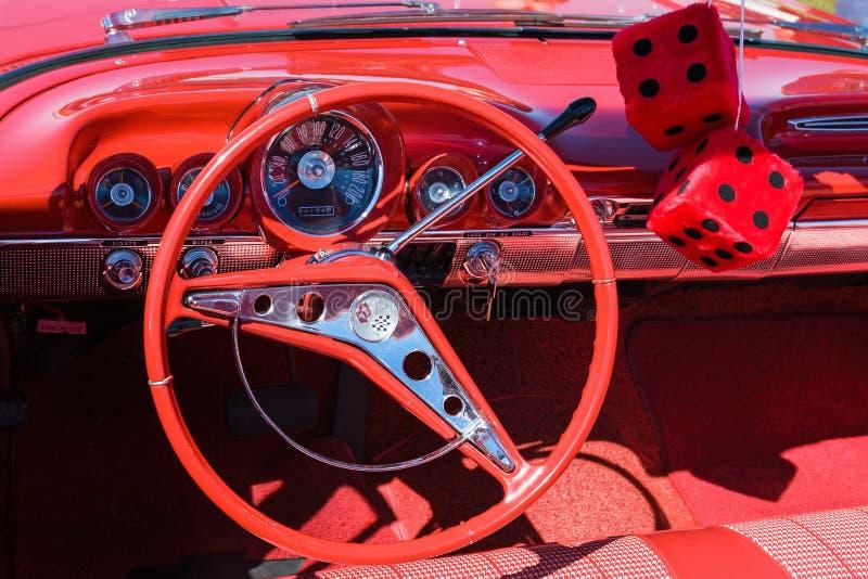Interiore rosso dell'automobile immagini stock