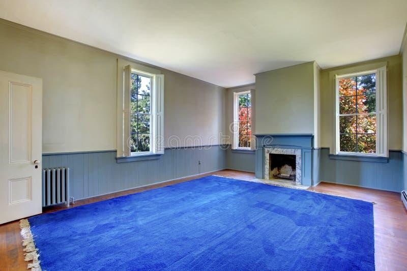 Interiore vuoto del salone Camino antico con marmo mentale e bianco blu fotografia stock libera da diritti