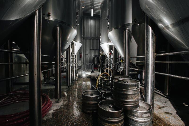 Interioren av bryggeriet Modern ölfabrik Rader av stål royaltyfri foto