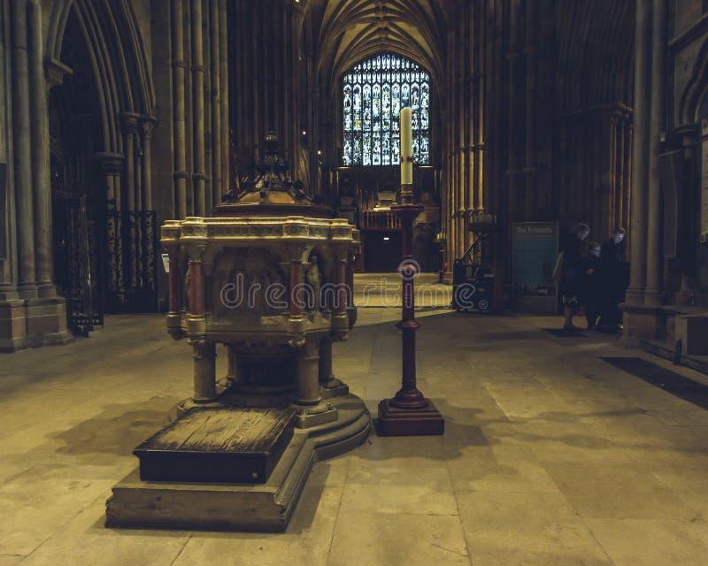 Interiores de la catedral de Lichfield - fuente en el transepto del norte fotografía de archivo