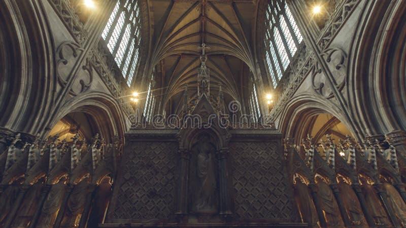 Interiores de la catedral de Lichfield - trasera de ángulo bajo del alto altar fotografía de archivo libre de regalías