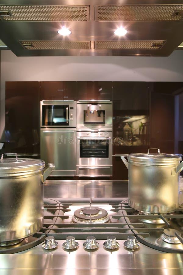 Interiores de la cocina con la sartén del gas imagen de archivo libre de regalías