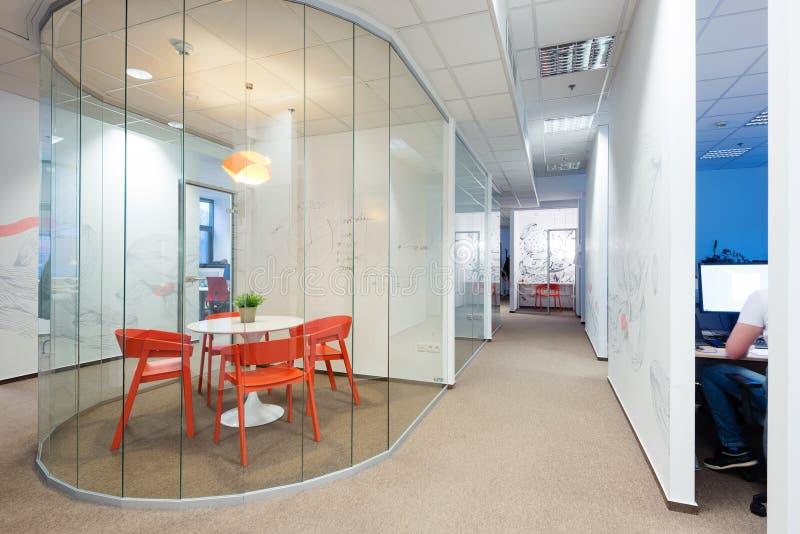 Interiores de la oficina creados por los arquitectos de Kivvi, Bratislava, Eslovaquia imagen de archivo libre de regalías