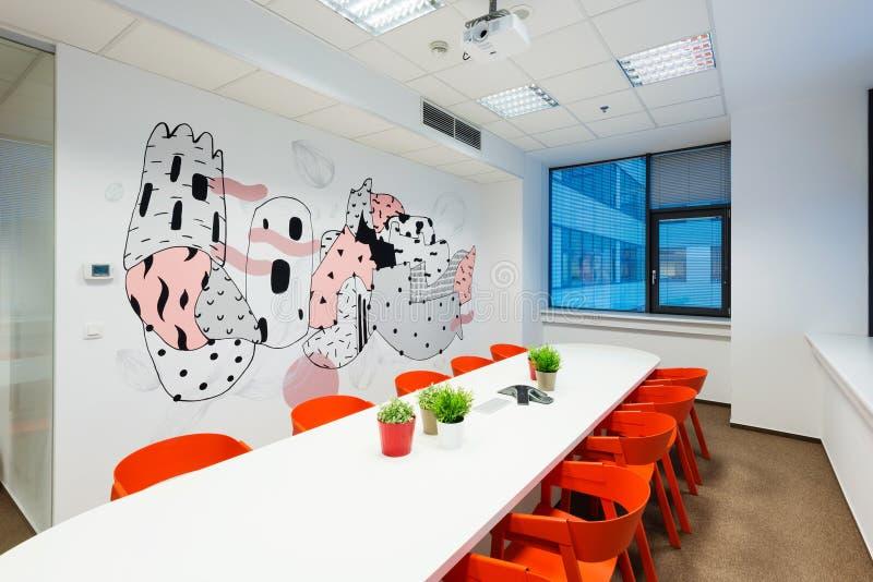 Interiores de la oficina creados por los arquitectos de Kivvi, Bratislava, Eslovaquia foto de archivo