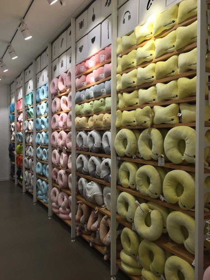 Interiores de la tienda de Miniso - almohada de la ayuda del cuello imagen de archivo libre de regalías