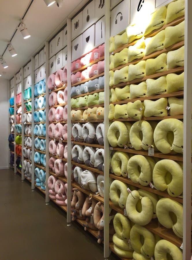 Interiores de la tienda de Miniso - almohada de la ayuda del cuello foto de archivo libre de regalías