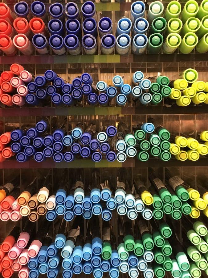 Interiores de la tienda de Miniso - efectos de escritorio y plumas foto de archivo