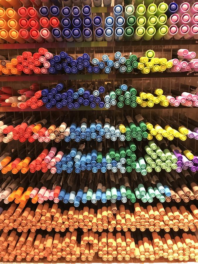 Interiores de la tienda de Miniso - efectos de escritorio y plumas imagen de archivo